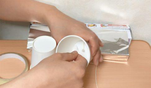 紙コップに紐を固定