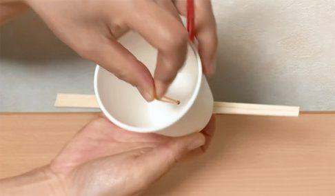 紙コップに輪ゴムを通す