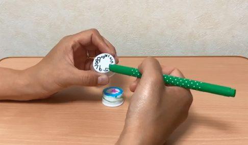 ペットボトルキャップに数字や模様を描く
