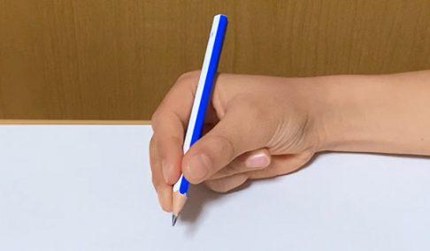 中指の先も鉛筆を持っている