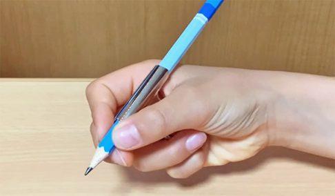 目玉クリップを付けて鉛筆を持つ